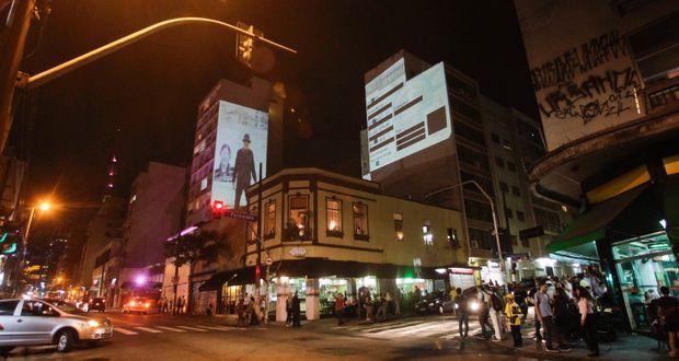 imagem-noturna-da-rua-augusta-com-pessoas-na-balada
