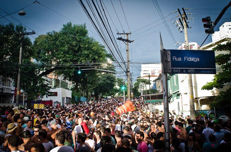 imagem-de-multidao-no-carnaval-de-rua