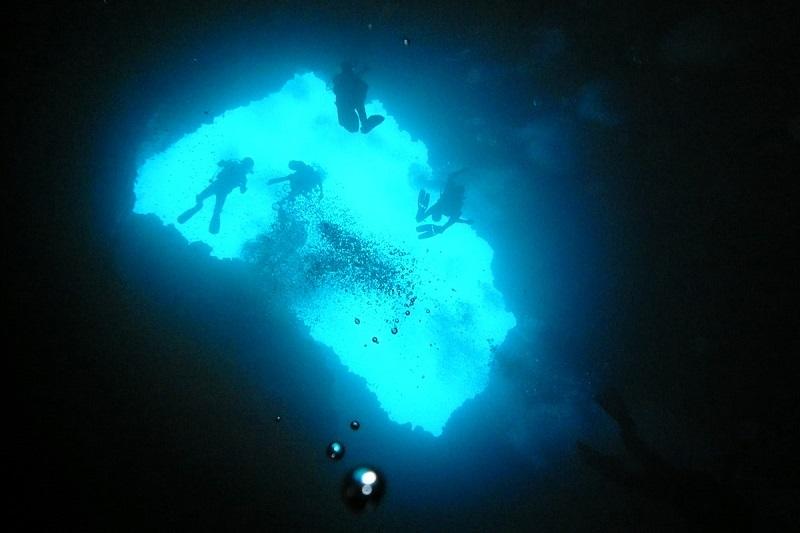 imagem-de-buraco-no-meio-do-mar