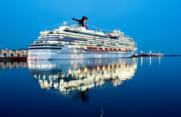 imagem-de-navio-todo-aceso-no-mar