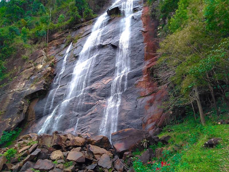 cachoeira-com-grande-quantidade-de-agua
