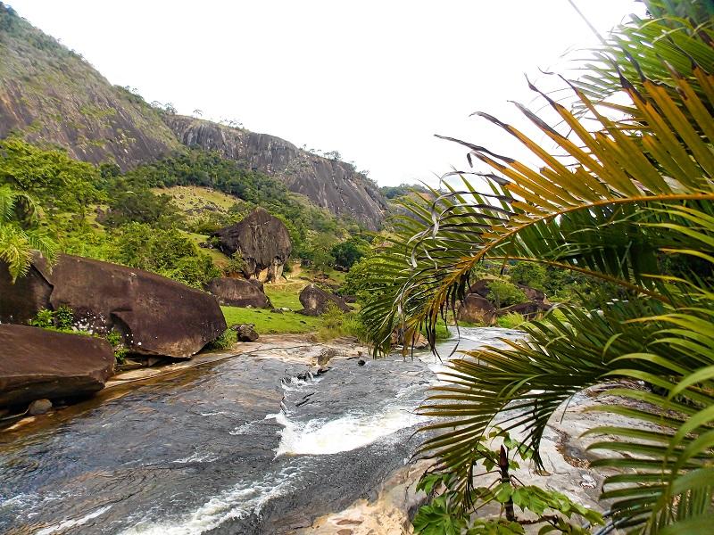 rio-passando-em-paisagem-verde