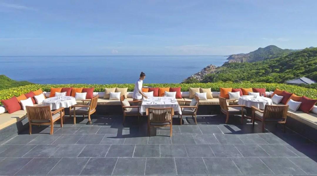 Situé en hauteur, le restaurant principal ouvre sur une terrasse très agréable pour prendre le petit-déjeuner ou un drink.