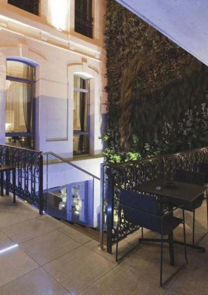 Sur la terrasse, à l'ombre du jardin vertical, apéros-tapas et brunchs font déjà le plein, témoins de la nouvelle vie de l'édifice du VIe arrondissement.