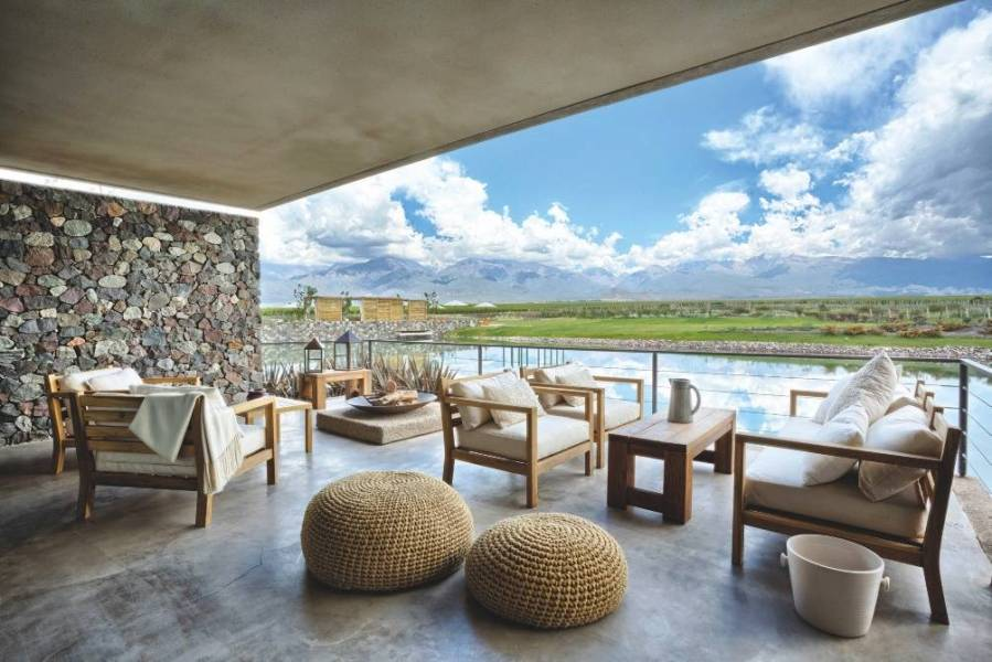 """Entièrement ouvertes sur l'extérieur, les """"Two Bedrooms Deluxe Villas"""" bénéficient d'une large terrasse et d'un salon convivial avec cheminée et cuisine ouverte."""