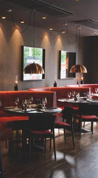 Au restaurant, tenu par le chef hispanosuédois Xavier Rodriguez, tabourets de bar Andreu World, et fauteuils Kare Design en édition limitée.