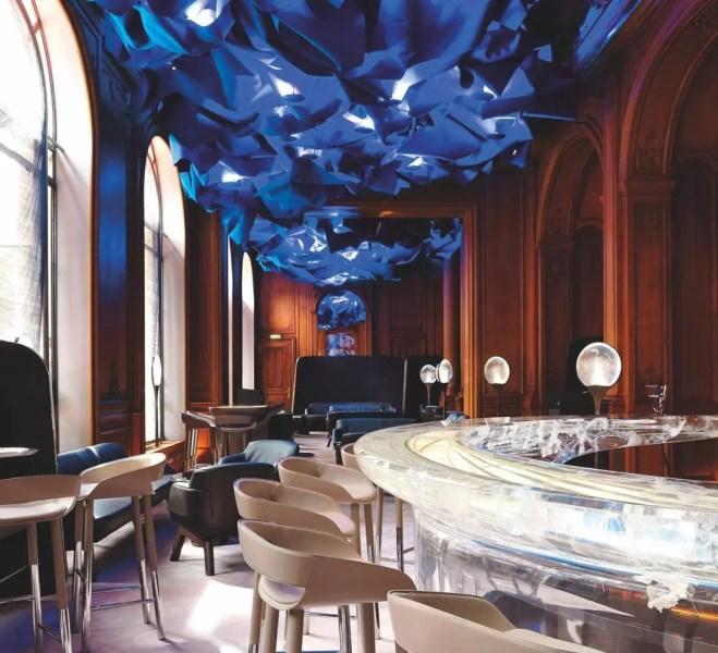 """Emblématique du Plaza depuis 2001, le bar """"glaçon"""" a laissé place à un fer à cheval énigmatique toujours signé du designer Patrick Jouin."""