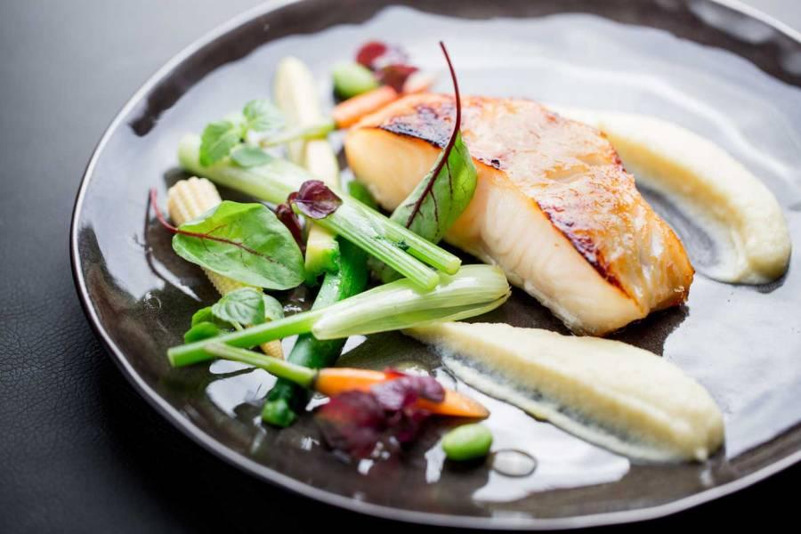 ®Pierre-Monetta---Bar-du-Chili-caramélisé-au-miso,-légumes-glacés,-purée-de-panais---Buddha-Bar-Hotel-Paris-L