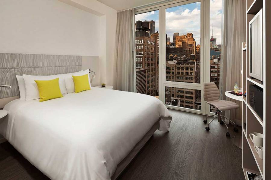 InnsideNewYork-Empire-View-Queen-Bedroom
