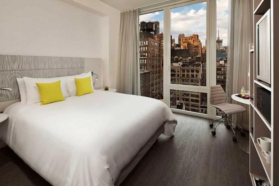 InnsideNewYork-Empire-View-Queen-Bedroom