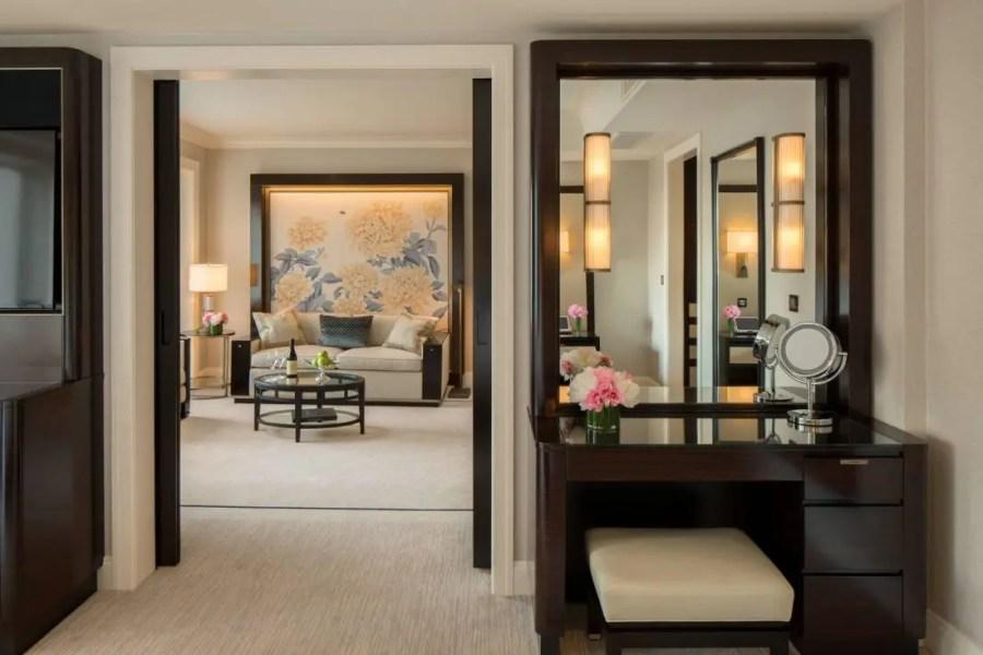 premier-deluxe-suite-dressing-area_the-peninsula-chicago