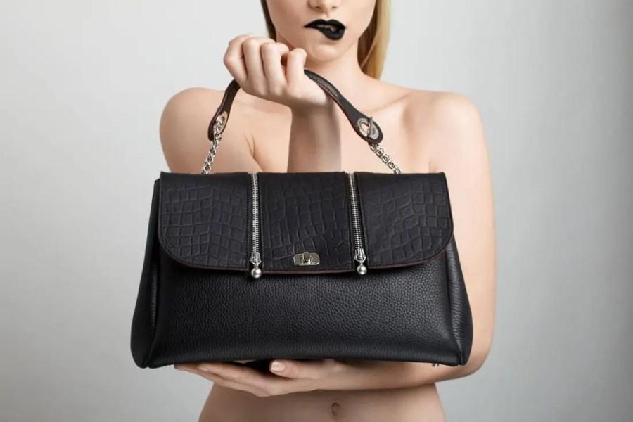 base-de-sac-small-cuir-noir-et-rabat-rock-noir-lolo-chatenay-photo-katherline-lyndia-2