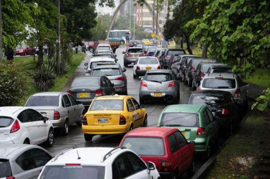 Desde el 27 de abril los colombianos que retornan a trabajar podrán usar su carro particular y motocicletas