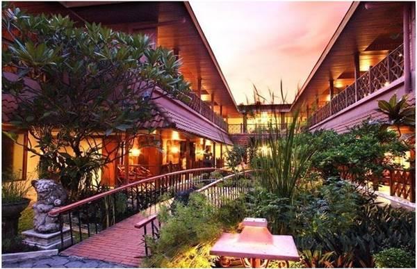 View Depan Puri Artha Hotel Yogyakarta di Sore Hari