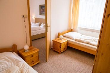 Ferienwohnungen in Zinnowitz an der Ostsee Hotel Waldidyll Schlafzimmer mit zwei Einzelbetten