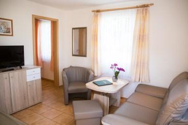 Wohnzimmer mit Sofa und Fernseher in gemütlicher Ferienwohnung in Strandnähe auf Usedom
