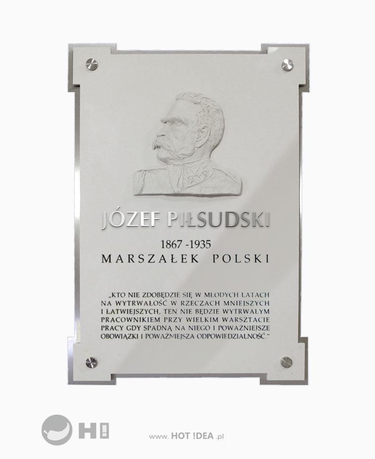 Producent tablic pamiątkowych. Tablica pamiątkowa z płaskorzeźba z materiałów łączonych - tablica ze stali nierdzewnej i polerowanej tafli w kolorze kremowym