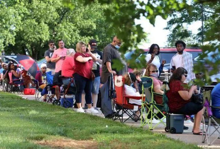 美国失业人数飙升,居民排队领救济粮,场面状况让人心酸