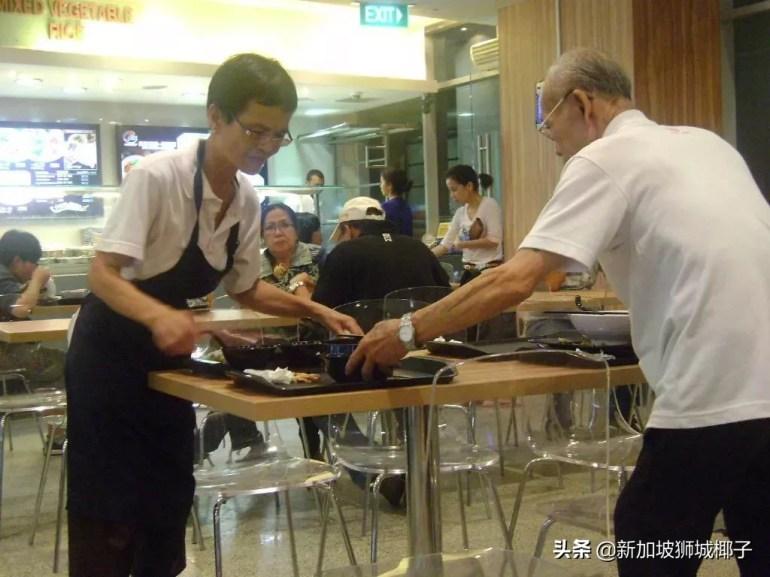 新加坡为什么这么多老人在街头卖纸巾?每月卖多少才能养活自己?