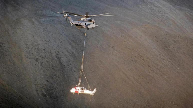 """美军首次出动CH-53K 将失事""""海鹰""""直升机吊回基地"""