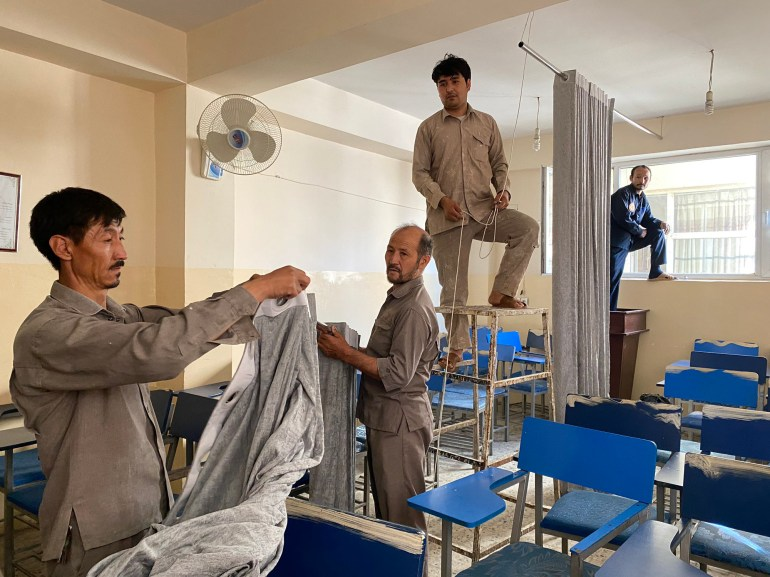 阿富汗现在的教室:大窗帘隔开讲堂,女学生不准走正门