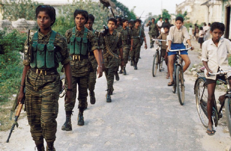 印度女子游击队巧妙设伏,抢走印军运粮车,印军士兵选择举手投降
