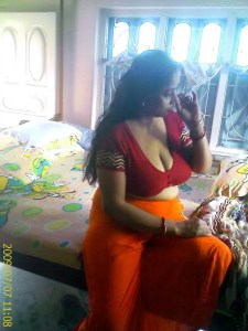 Hot cleavage aunty nipple poping