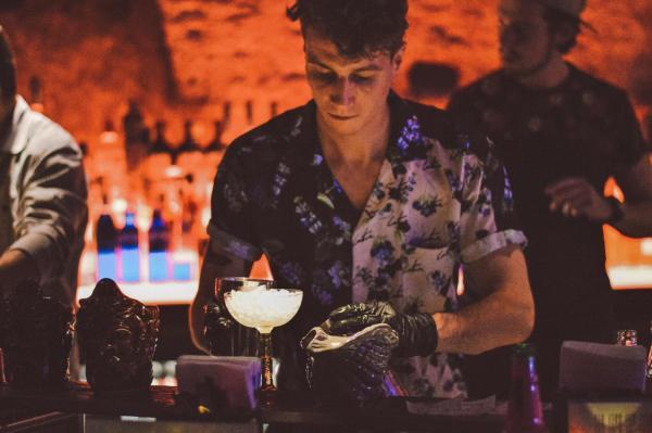 Bij de Rum Club in Utrecht kom je voor de mind-blowing cocktails, tropische hapjes en exotische plaatjes: een echte hotspot aan de Oudegracht