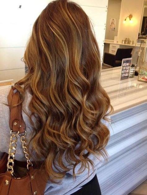 Soft Wavy Hair with Caramel Highlights