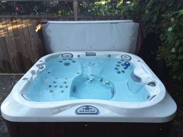Jacuzzi 335 Spa – 6-Person Hot Tub