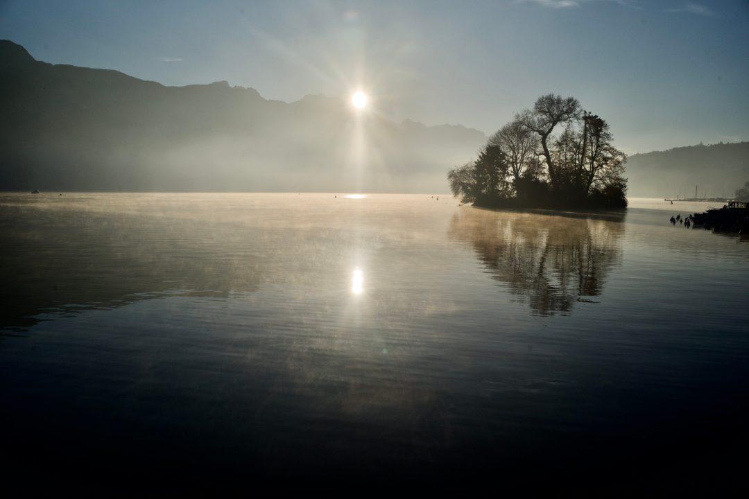 Soleil levant sur le lac d'Annecy en automne