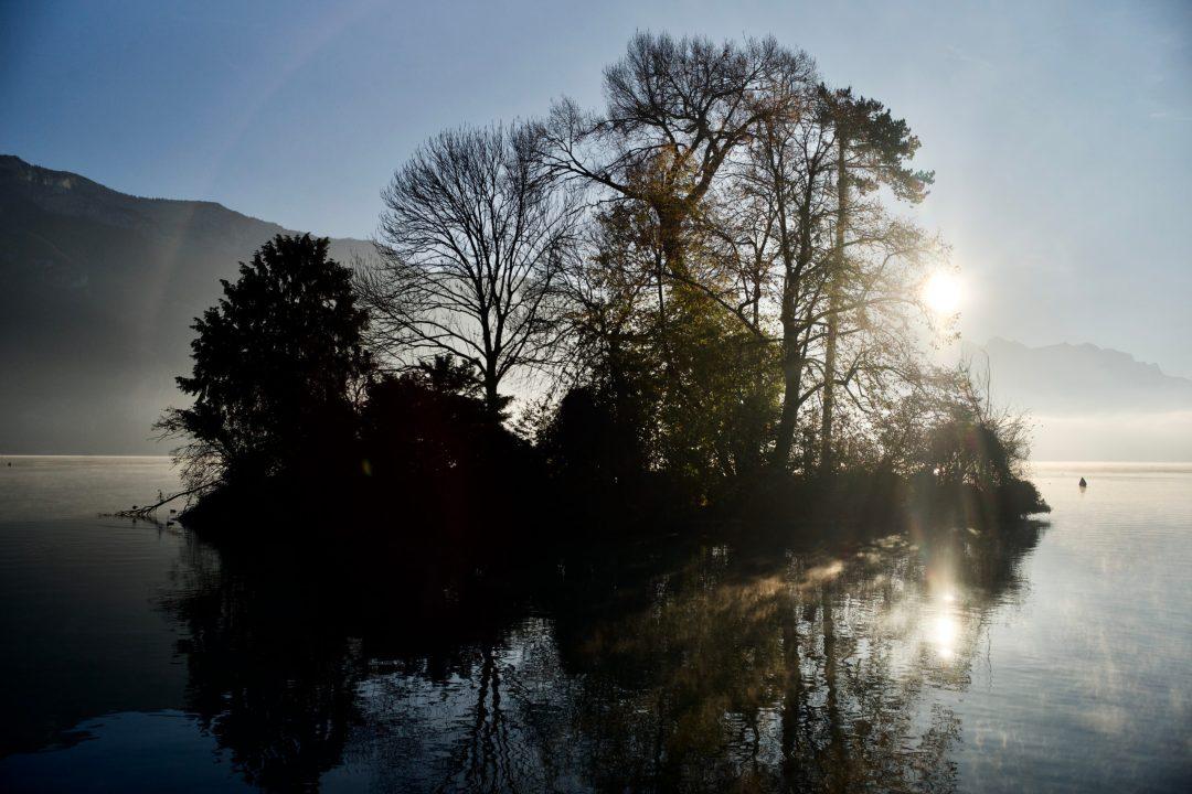 Levé de soleil sur le lac d'annecy
