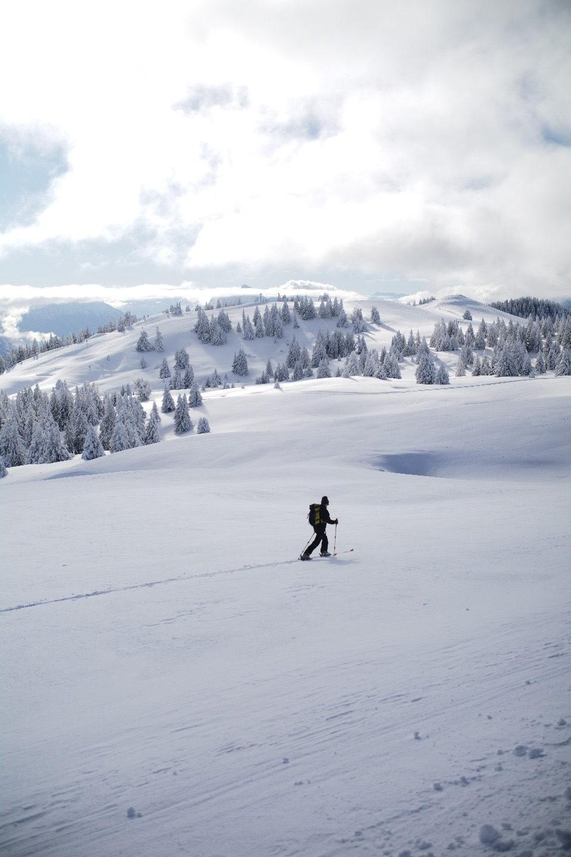 un skieur Rando en haut du Semnoz