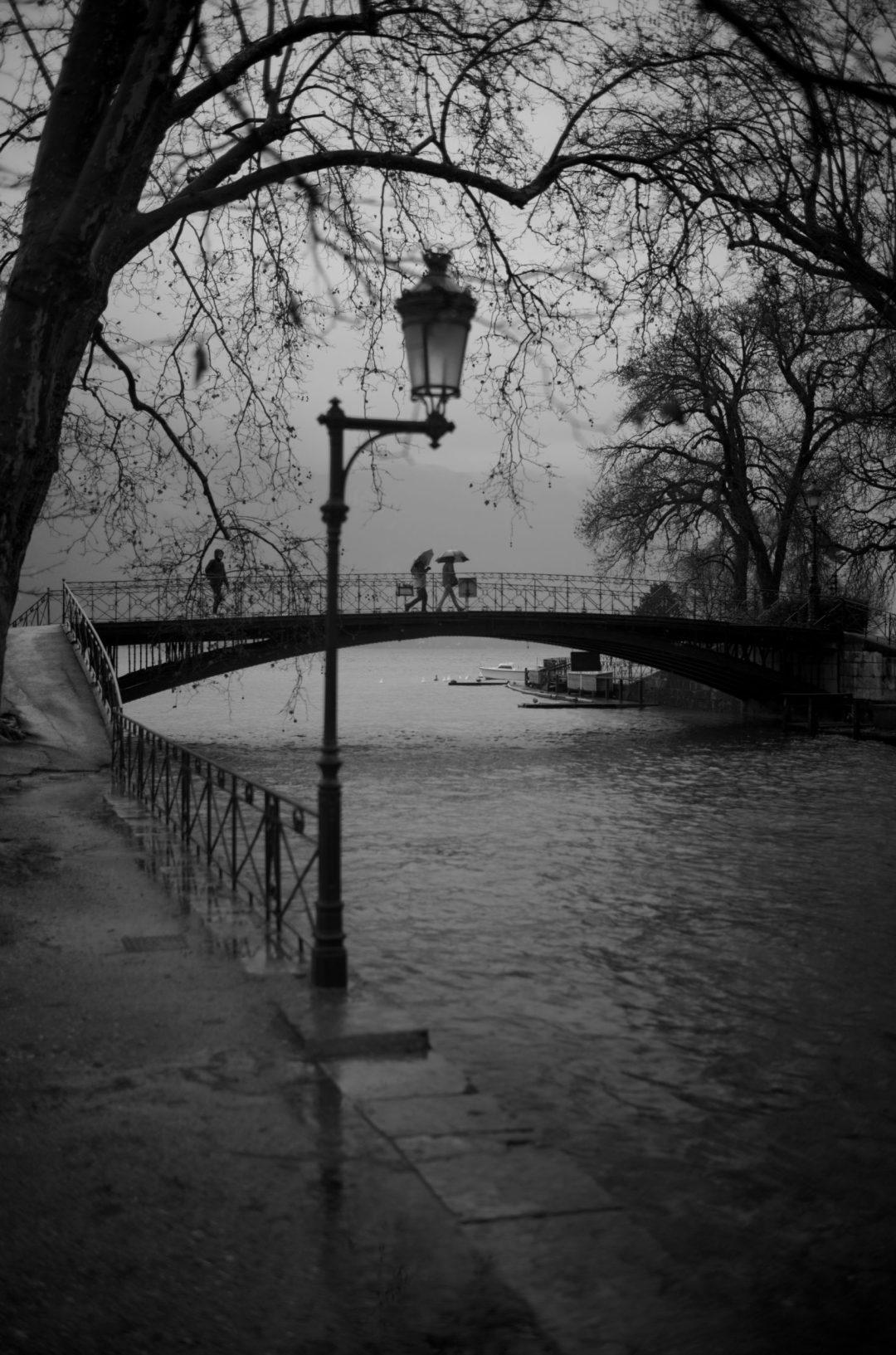 Le pont des amours à Annecy par gros temps