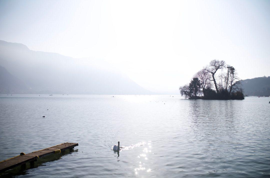 Annecy, son lac, ses pontons, ses îles