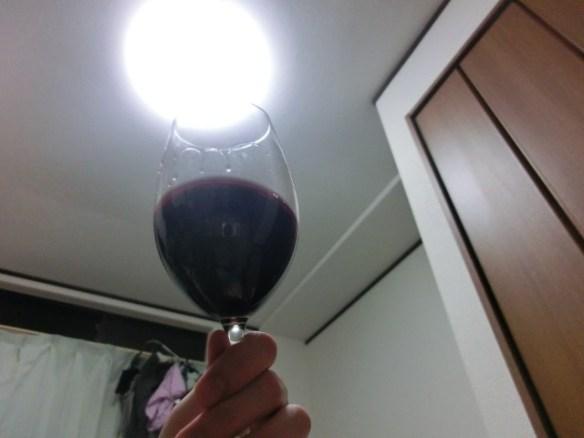 光に透かせるワイン