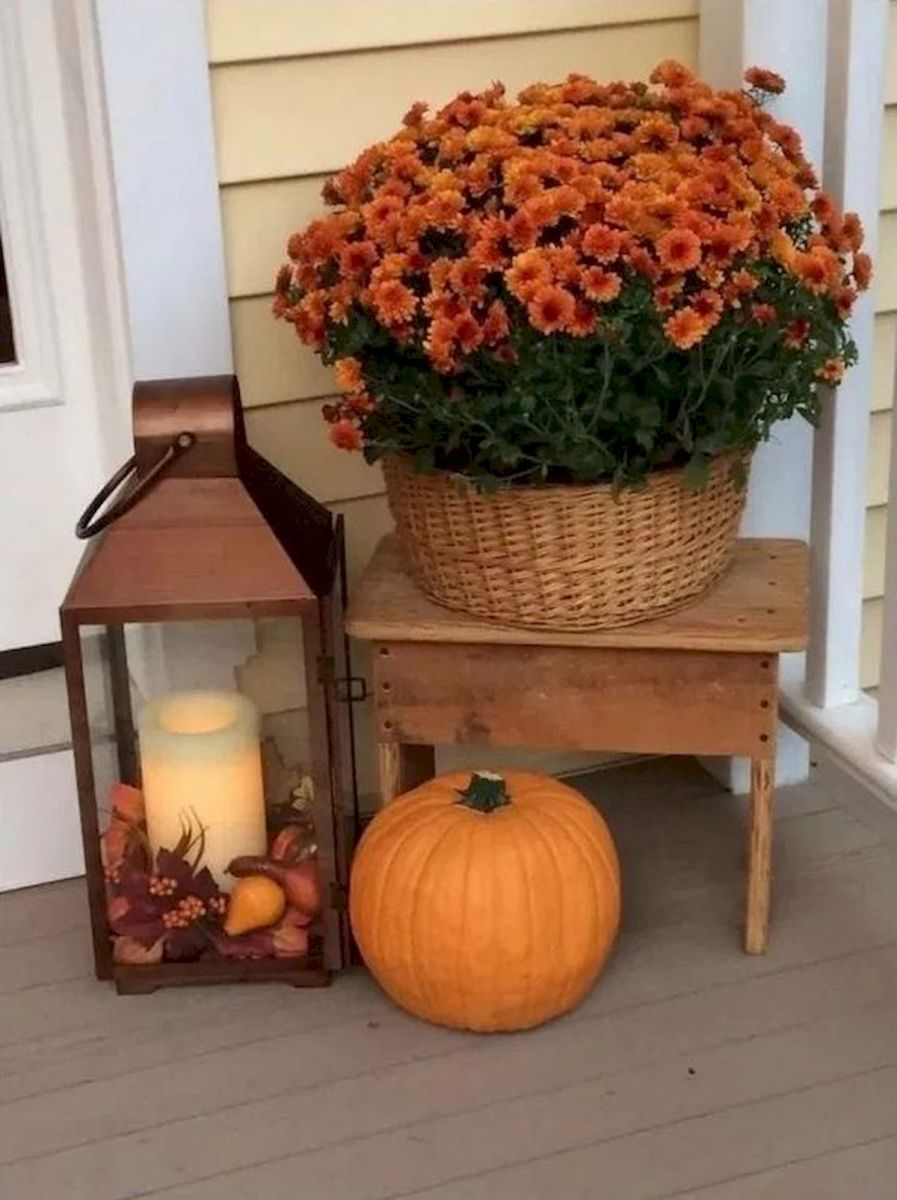 40 Beautiful Fall Front Porch Decorating Ideas That Will Make Your Home Look Amazing (37)