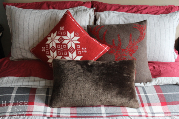 holiday-house-tour-bed-pillows