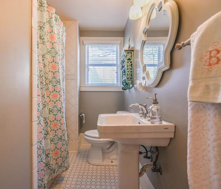 Colorful Victorian Cottage bathroom