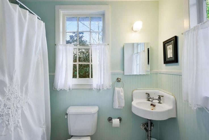 charming cottage bathroom