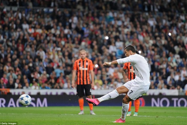 2C5A938900000578-3235878-Attacker_Cristiano_Ronaldo_bags_a_penalty_as_Real_Madrid_cruise_-a-19_1442350864875