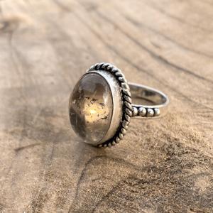 Rutiel Kwarts Ring 925 sterling zilver klein zij-aanzicht in zonlicht