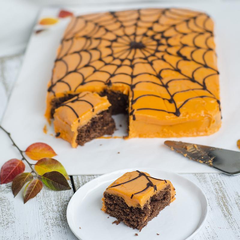 Skummel sjokoladekake med spindelvev til Halloween