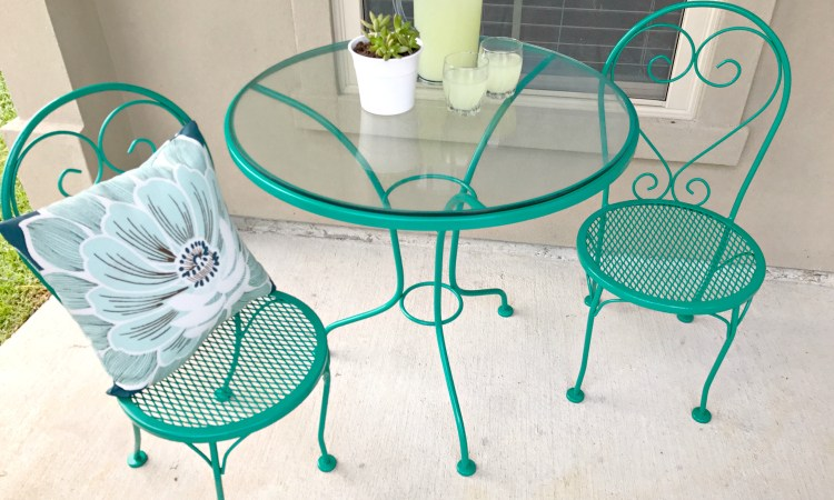 This rusty metal outdoor table set got a major makeover using Rust-Oleum Stops Rust Spray Paint!