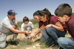 volunteer-teaches-backyard-habitat-techniques-to-students-725x483