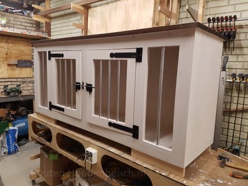 Houten Hondenbench met 2 deuren met spijlen in White Wash met bruin blad