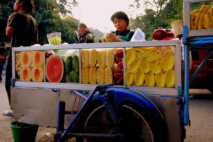 Viajar barato: Puesto de frutas en Tailandia
