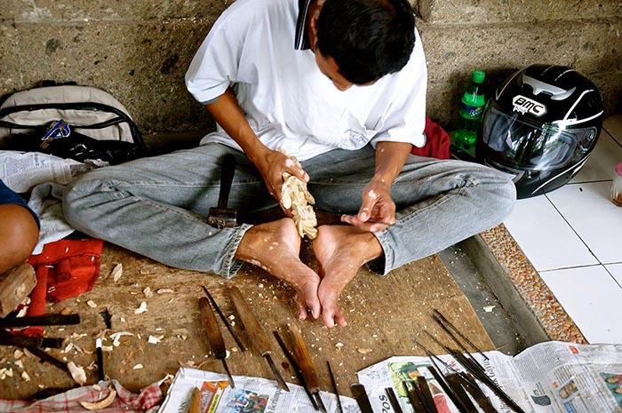 Artesano tallando madera en Ubud, Bali