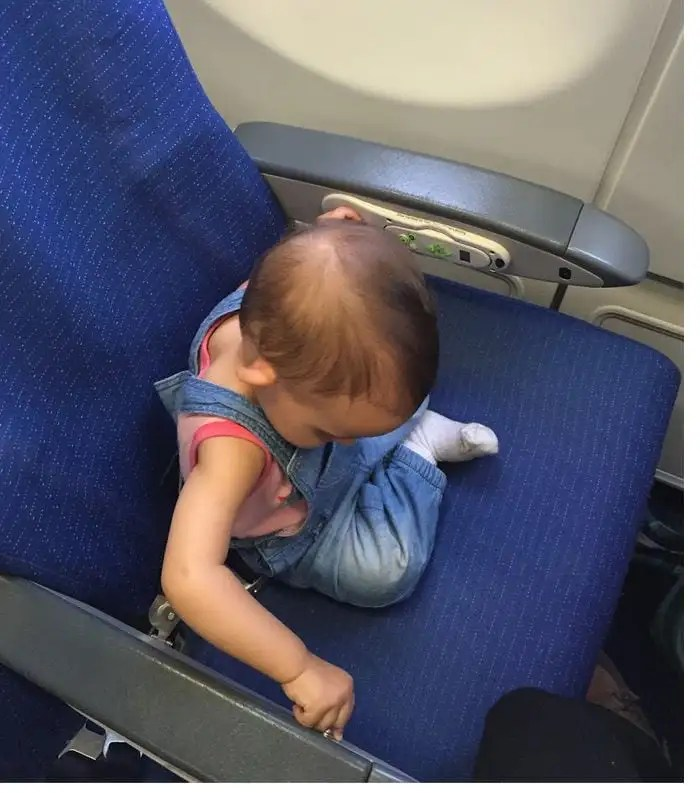 10 cosas que no deben faltar si vuelas con un niño pequeño