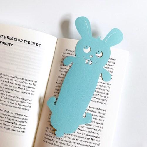 hier ben je gebleven in je boek zegt deze blauwe boekenlegger
